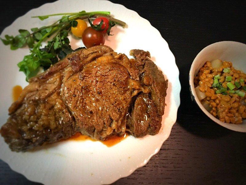 肉と納豆が食べたい。それを実現しようとすると…うん。謎の食卓だ…。