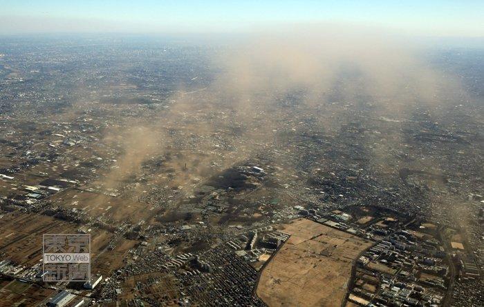 関東地方では強風が吹き荒れました。埼玉県所沢市で舞い上げられた砂塵は東京都心を超え、約40km離れた…
