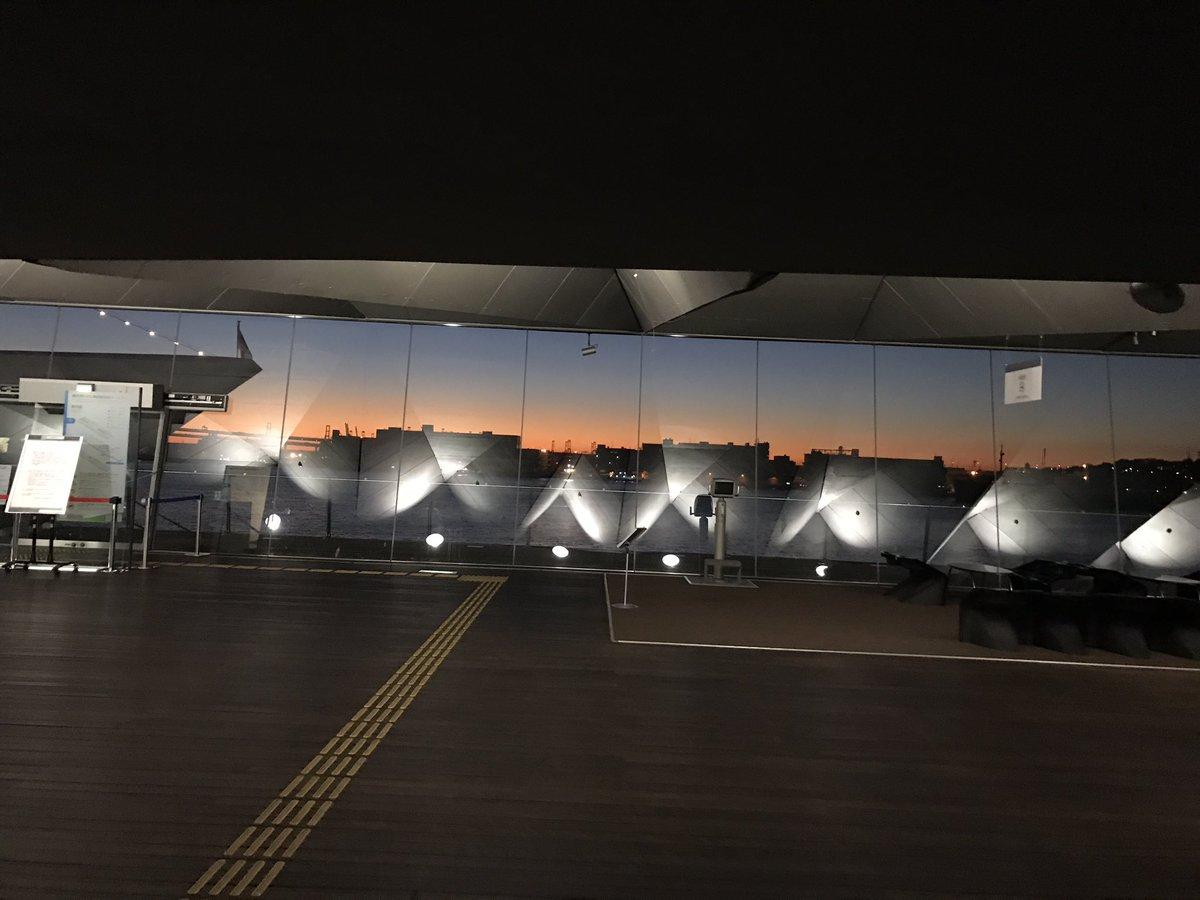 早起きした時に見られる朝焼けは格別だよね。 写真は #夏よ急げ の撮影の時に見た、大さん橋の朝焼け。…