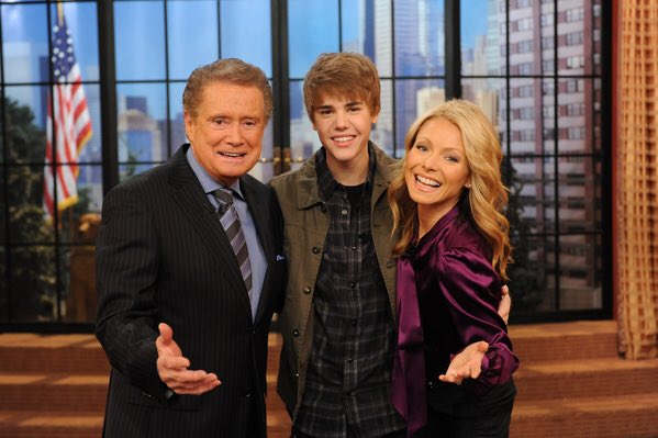 Exactly 6 years ago... @justinbieber taught Regis & Kelly how to dougie: https://t.co/zai27H3Oqd https://t.co/rNcBG8aqYm