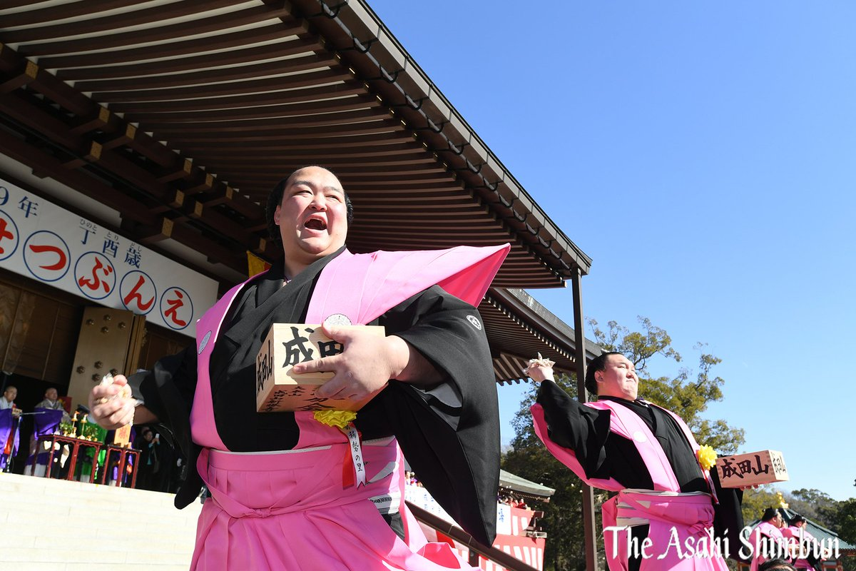 千葉県成田市の成田山新勝寺で3日、恒例の節分会があり、横綱に昇進した稀勢の里関らが威勢良く豆をまきま…