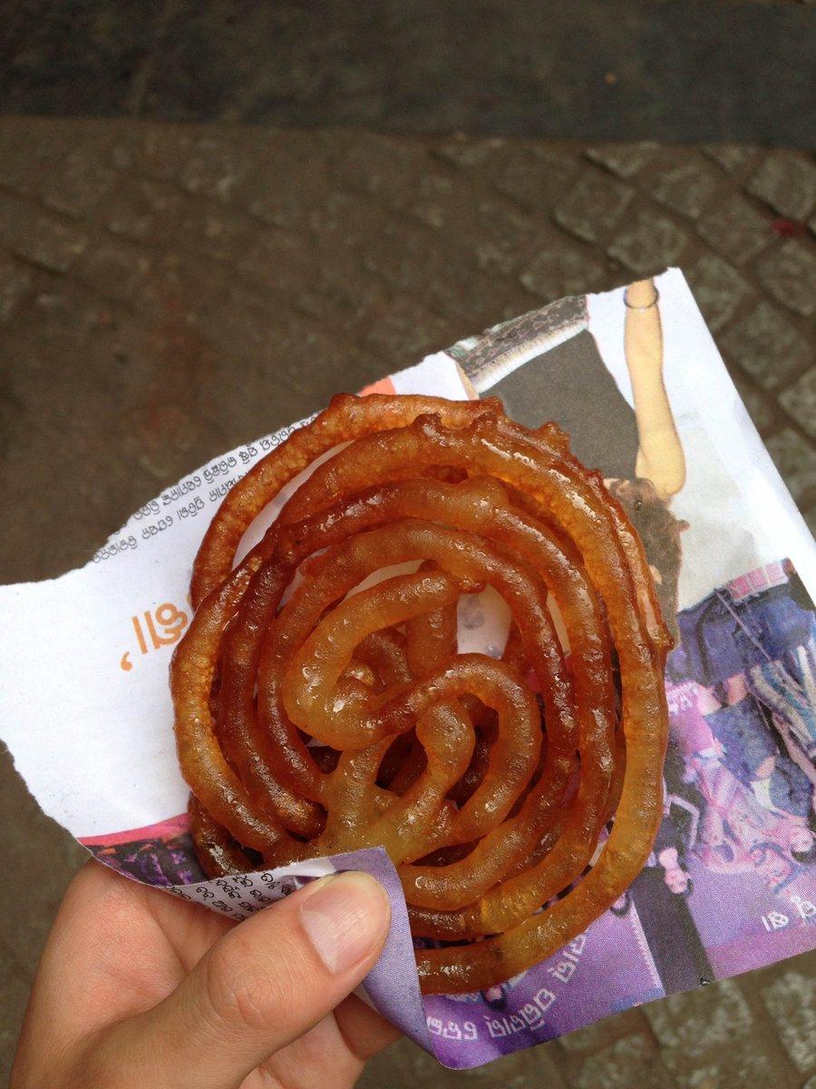 砂糖シロップを油であげるという想像を絶するインドの激甘菓子。一口かじると揚げた皮の中身から、油とシロ…