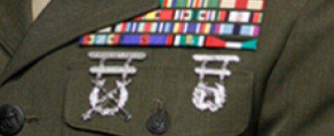 マティス国防長官。海兵隊で大将まで務められた方ですが、胸の射撃技能章がライフルもピストルもどちらも特…
