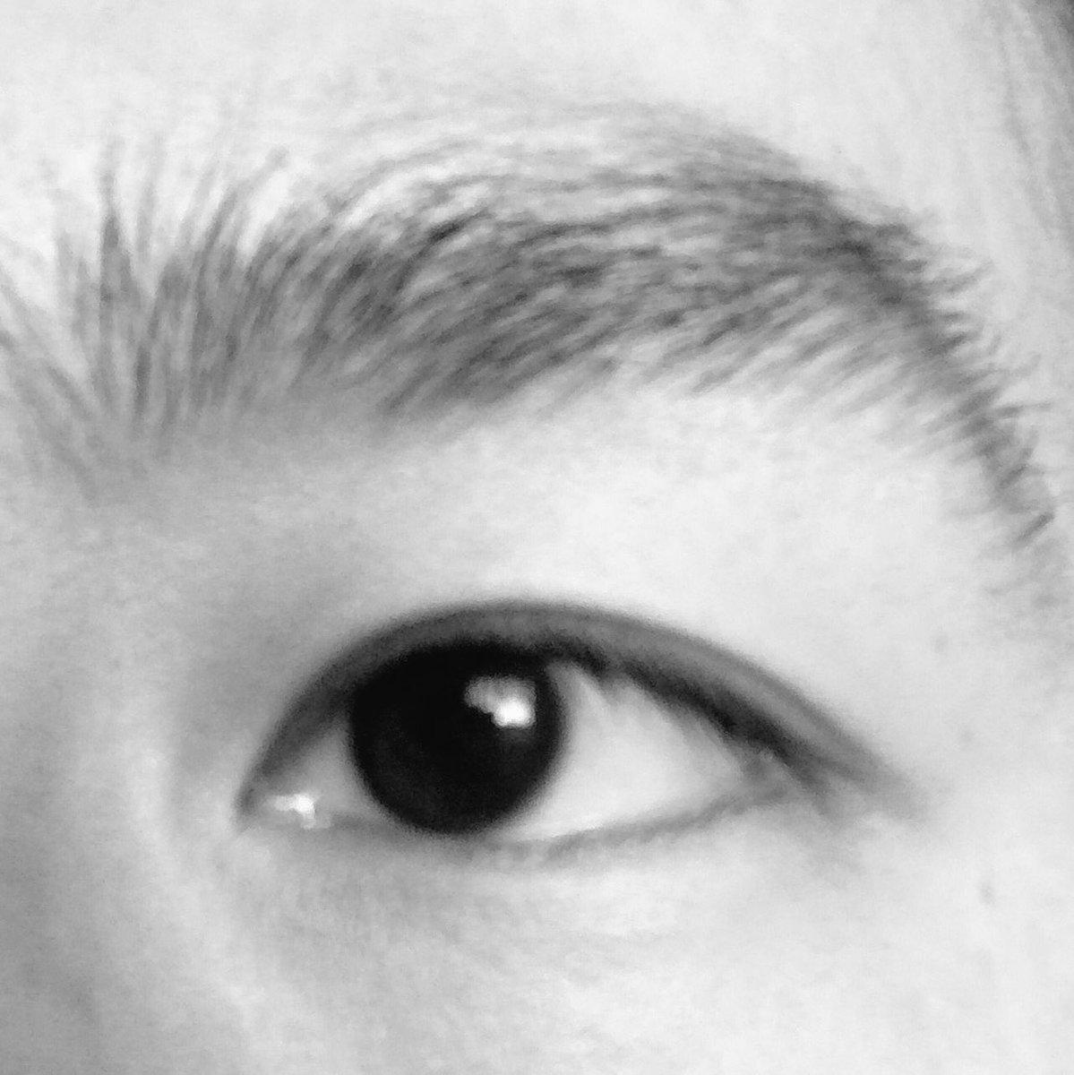 僕の瞼は基本一重なんですが、体調悪化により一時的に二重になるという特異な奴でして。1週間ほど前に一度…