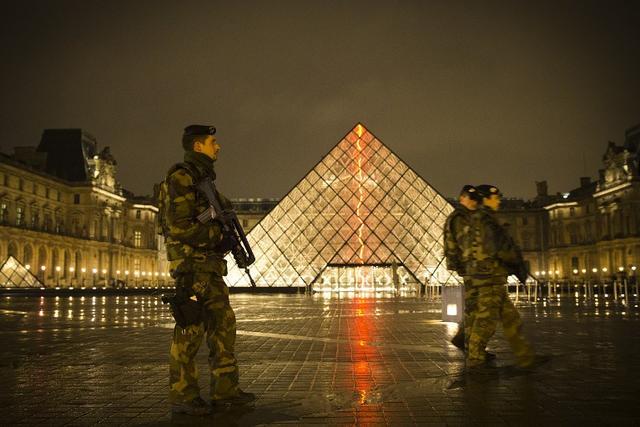 (Metronews):#EN DIRECT - Attaque au #Louvre : agressé au couteau, un militaire ouvre le..  http://www. titrespresse.com/article/174035 51612/en-direct-attaque-louvre-agresse-couteau-militaire-assaillant  … pic.twitter.com/TasWG08mOC