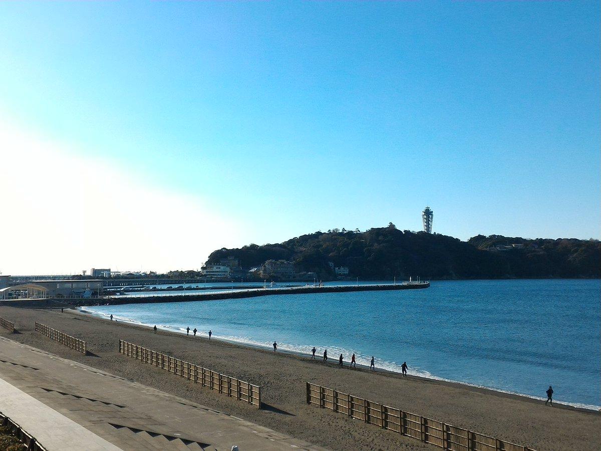 おはようございます。江の島周辺は青空ですが少々霞がかかっています。きょう土曜日も10時から17時まで…