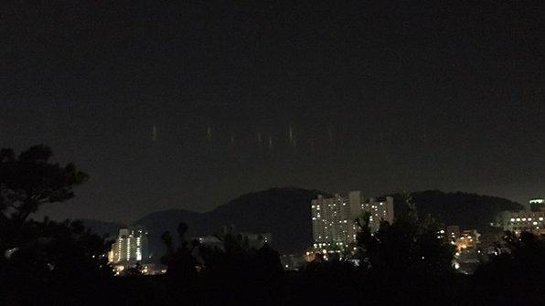 어제(3일) 밤 8시에서 9시 사이 부산 서부권 일대 하늘에서 정체가 밝혀지지 않은 빛 기둥이 나타나 시민들의 문의 전화가 잇따랐습니다. https://t.co/QBIwnhOuMH