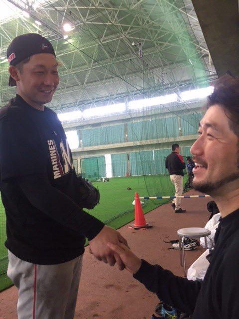 「石川さーん、笑ってくださいよ!」と関谷投手。ようやく笑顔が見えました。(広報) #マリーンズ春季キ…