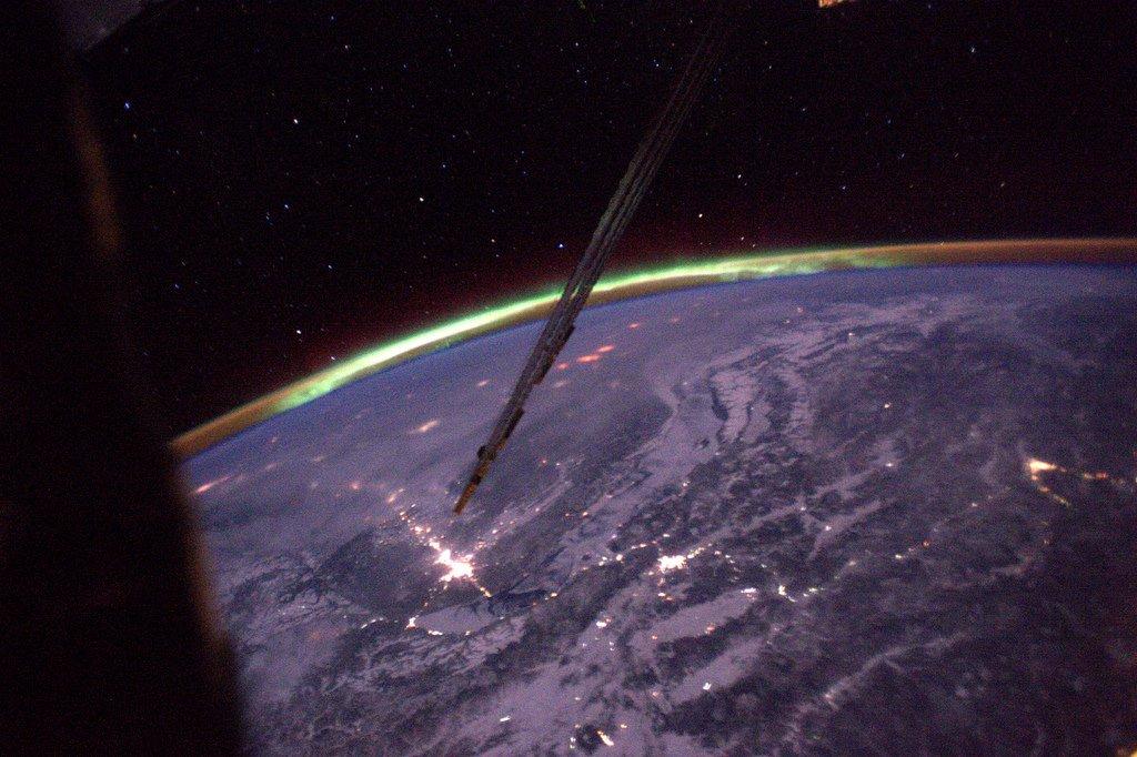 2 mois après mon arrivée sur l'#ISS, j'ai enfin vu ma 1ère aurore boréale!! Des flammes vertes qui semblent danser à la surface de la Terre…