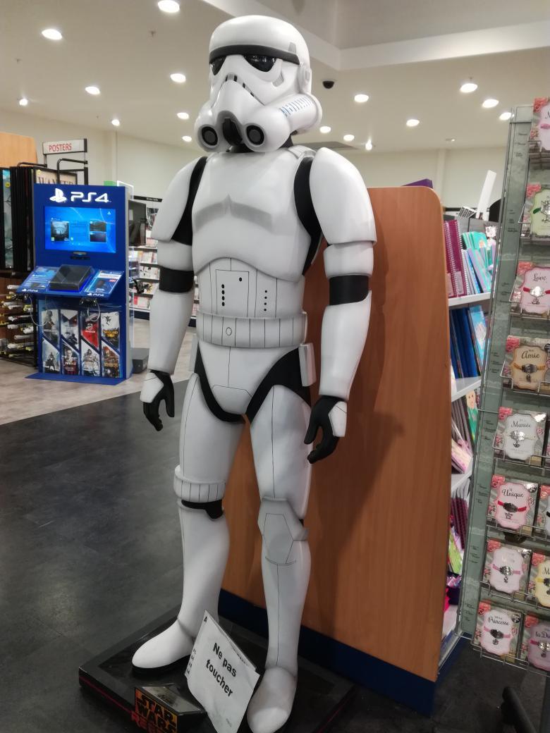 Rencontre du jour #StarWars  #stormtrooper <br>http://pic.twitter.com/XXWL9XUWVT