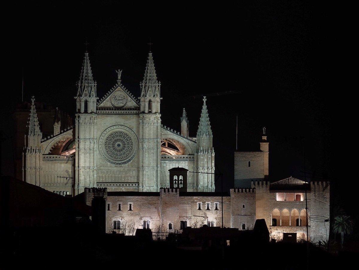 Ahora mismo, la Seo y el Palacio de la Almudaina siempre espectaculares en las noches de #Palma <br>http://pic.twitter.com/ikPVg2mWkc