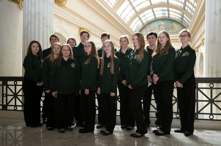 Boone Co @Arkansas4H mbrs post for a group shot during @4H Day at the Capitol. #citizenship #leadership<br>http://pic.twitter.com/mn4ROFAtqU