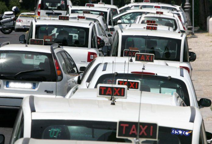 Taxi, protesta a Milano contro la sanatoria per Uber