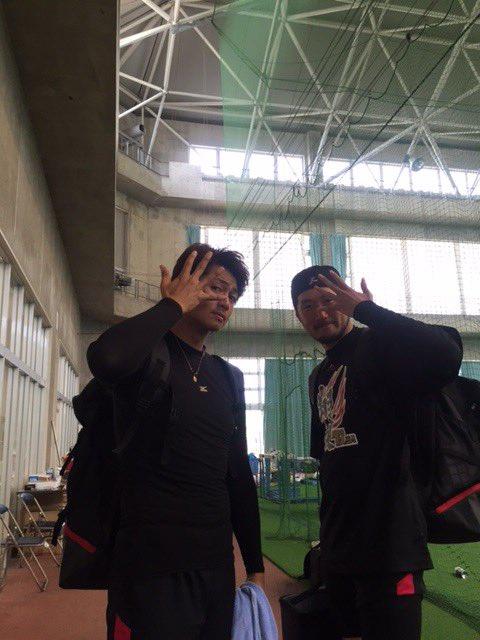 2回被安打2、無失点の唐川投手。石川投手と恒例のポーズ。(広報) #マリーンズ春季キャンプ #chi…