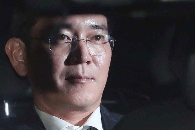 #Samsung sous le choc : arrestation de son leader cette nuit pour corruption ! via @yannsan by @LesEchos ▷ http:// bit.ly/2lduO0w  &nbsp;  <br>http://pic.twitter.com/M53WdqWIeH