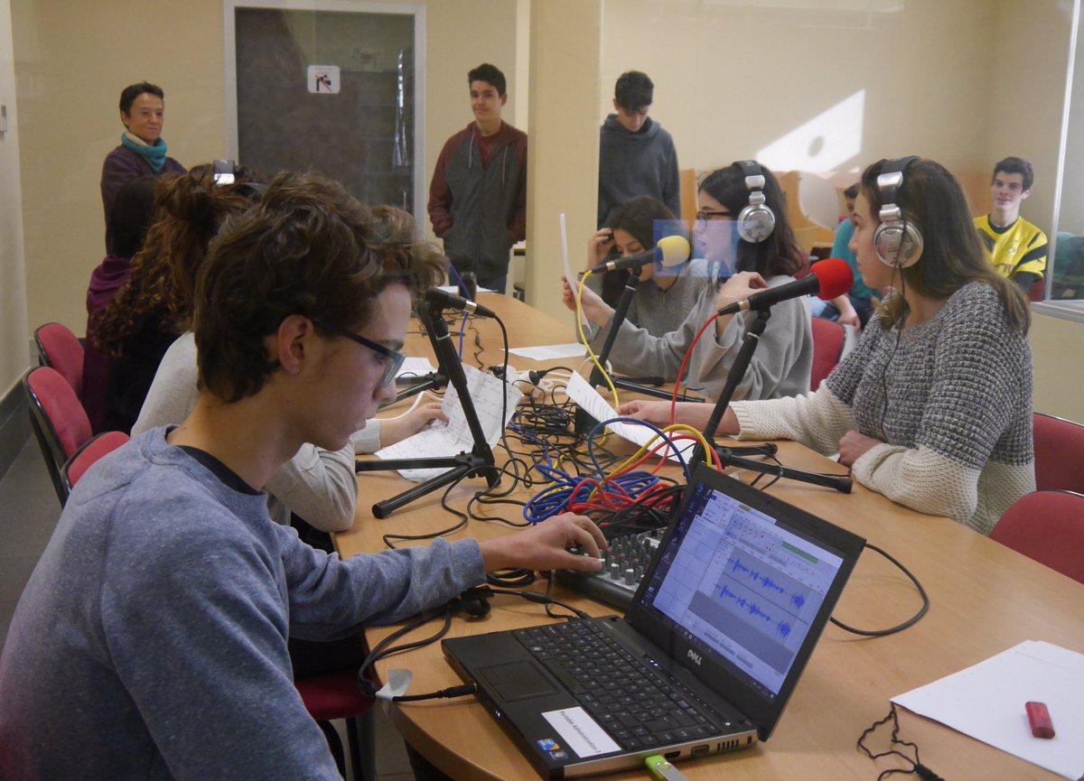 Première émission #webradio conçue par des élèves de 3ème  http:// bit.ly/2lp9x6r  &nbsp;   #mlfweek #innovation<br>http://pic.twitter.com/tFTcU02paa