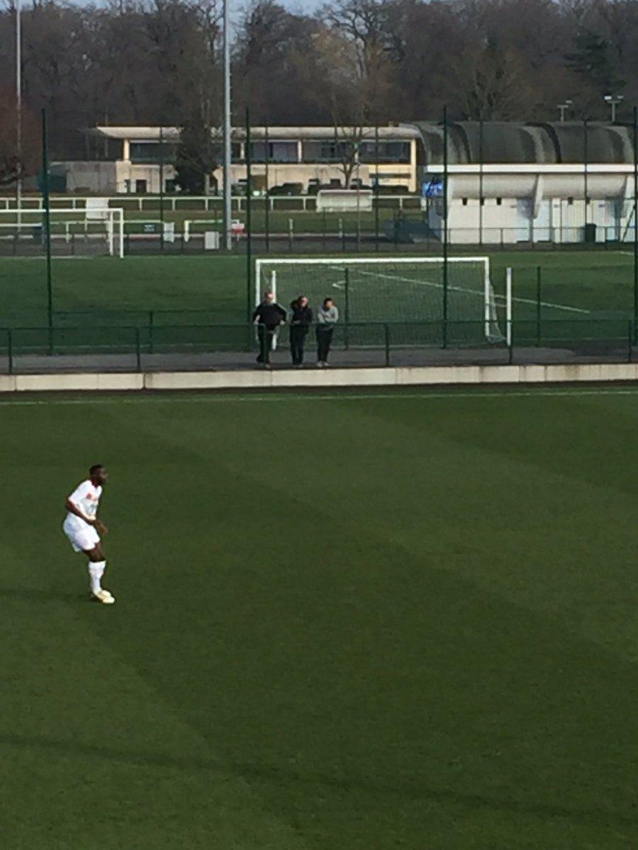 Le match se déroule sous les yeux de Marcelo Bielsa #PSGLOSC https://t...