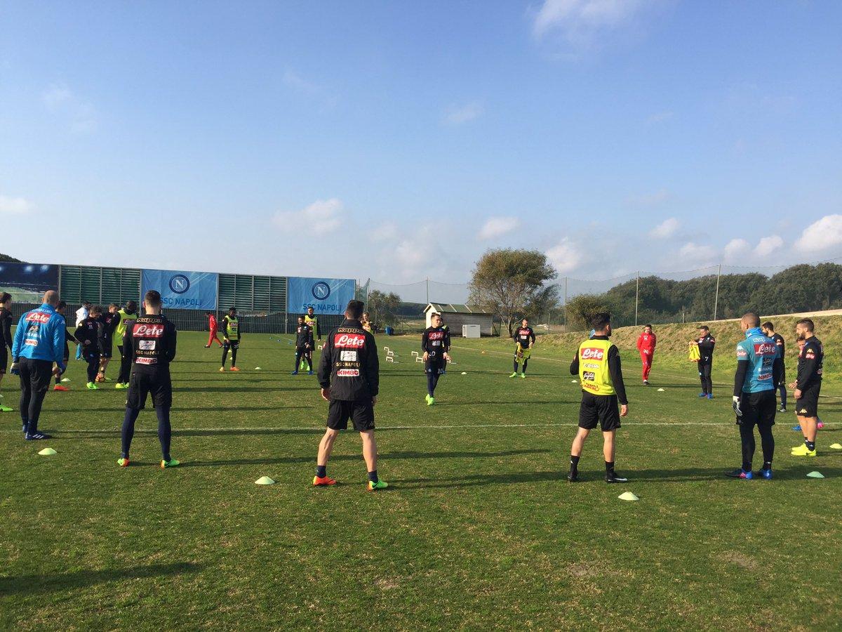 Il classico torello di inizio allenamento 💪 #CastelVolturno ⚽️ #Chievo...
