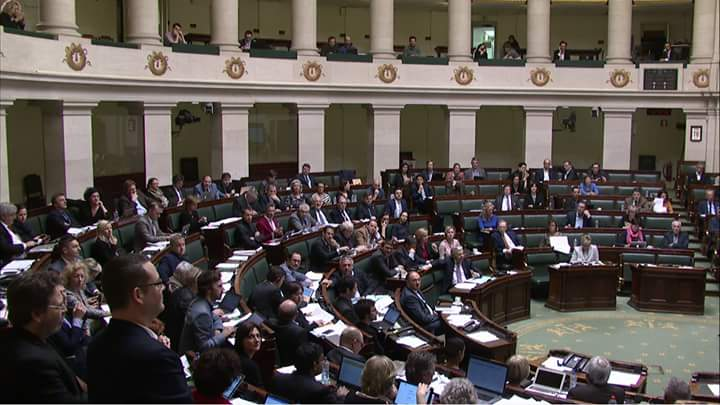 Image parlante à #lachambre quand les 2 députés #PTB se lèvent pour la déontologie, les 148 autres restent assis #Bracke #éthique #cpasfini <br>http://pic.twitter.com/S6zEO1HYhg