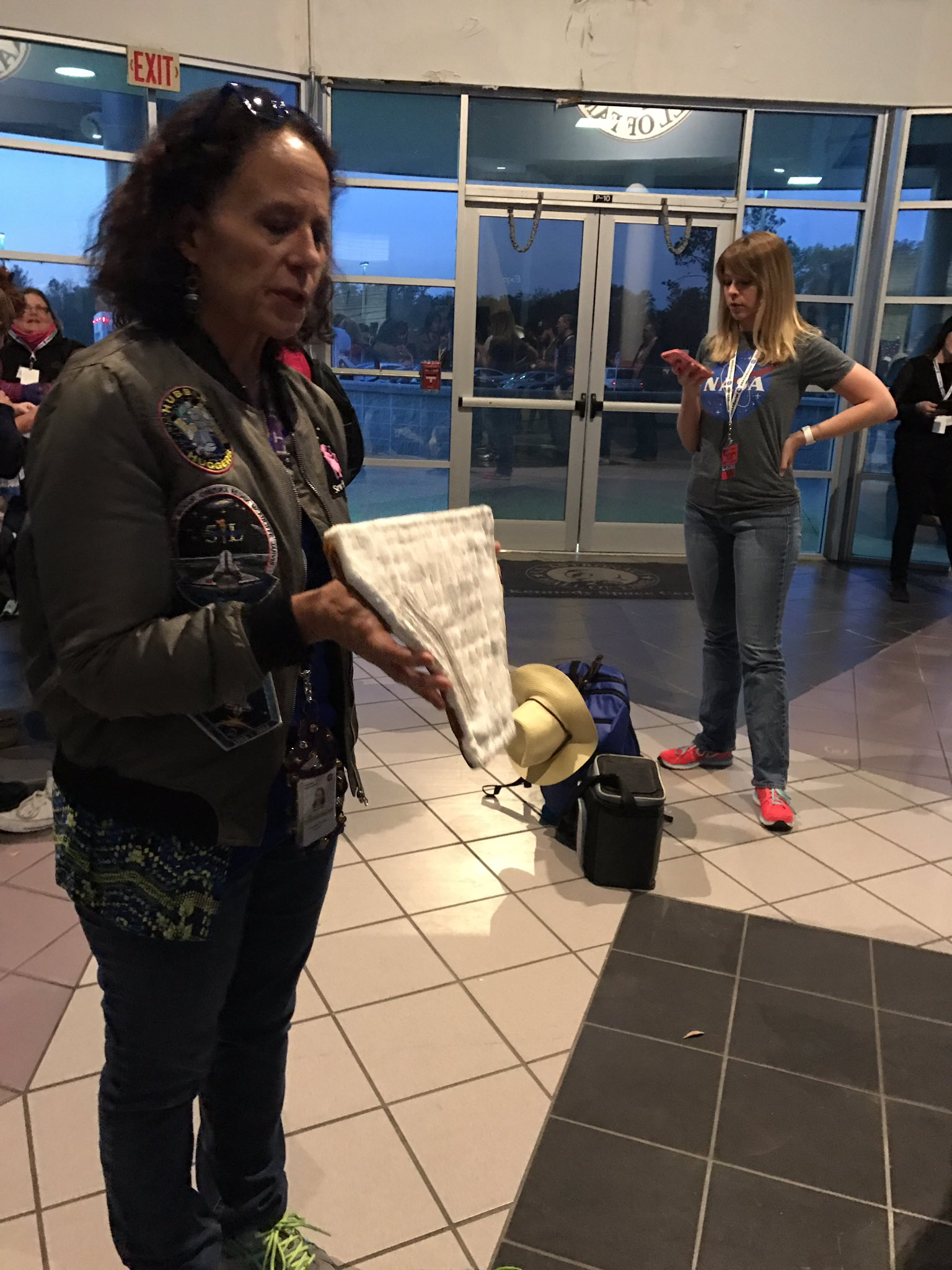She's holding part of the blanket ( it was baked at 650 and 850 degrees!) from the Atlantis,  #devilsChat #NASASocial https://t.co/SLDC8NaR5S