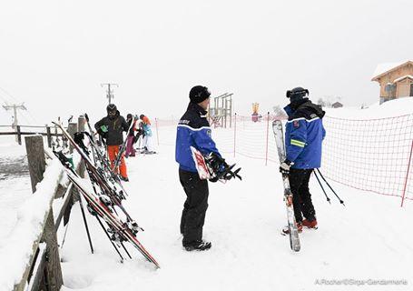 Attention aux vols de skis dans les stations ! #HautesAlpes #faitsdivers  http://www. ledauphine.com/hautes-alpes/2 017/02/17/gendarmes-vols-skis &nbsp; … <br>http://pic.twitter.com/rNohDbpSn4