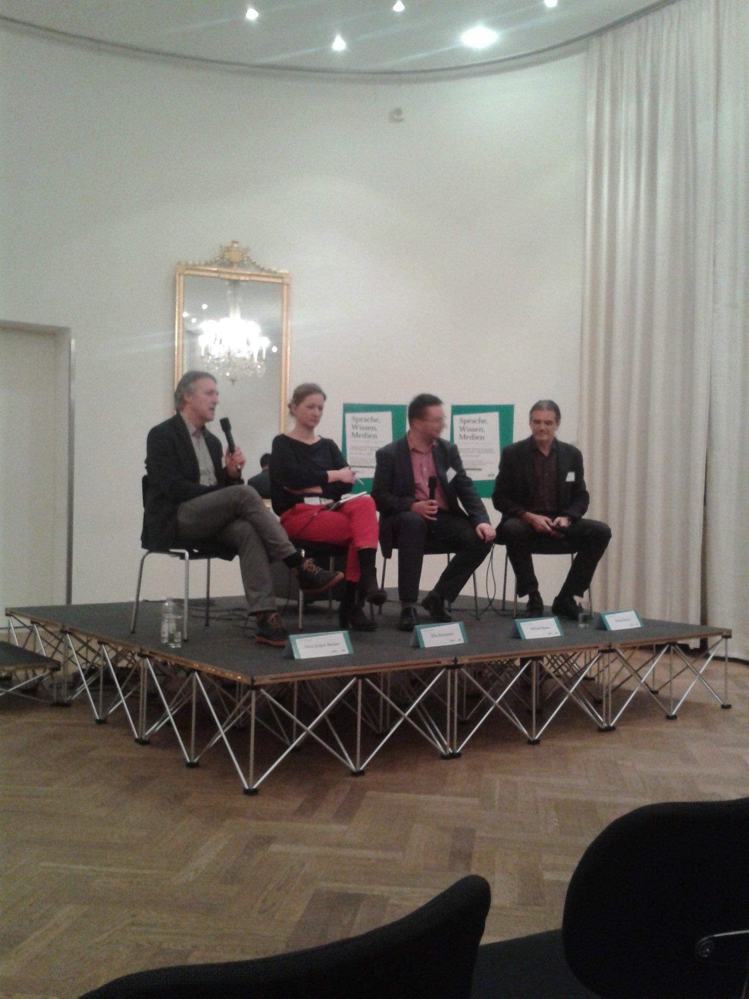 Panel mit Hans-Jürgen Bucher, @BlumeEvolution @SilkeBurmester u. Daniel Perrin beginnt mit Medienrevolution und Gesellschaft #dgpuk https://t.co/2pCsxOHCn2
