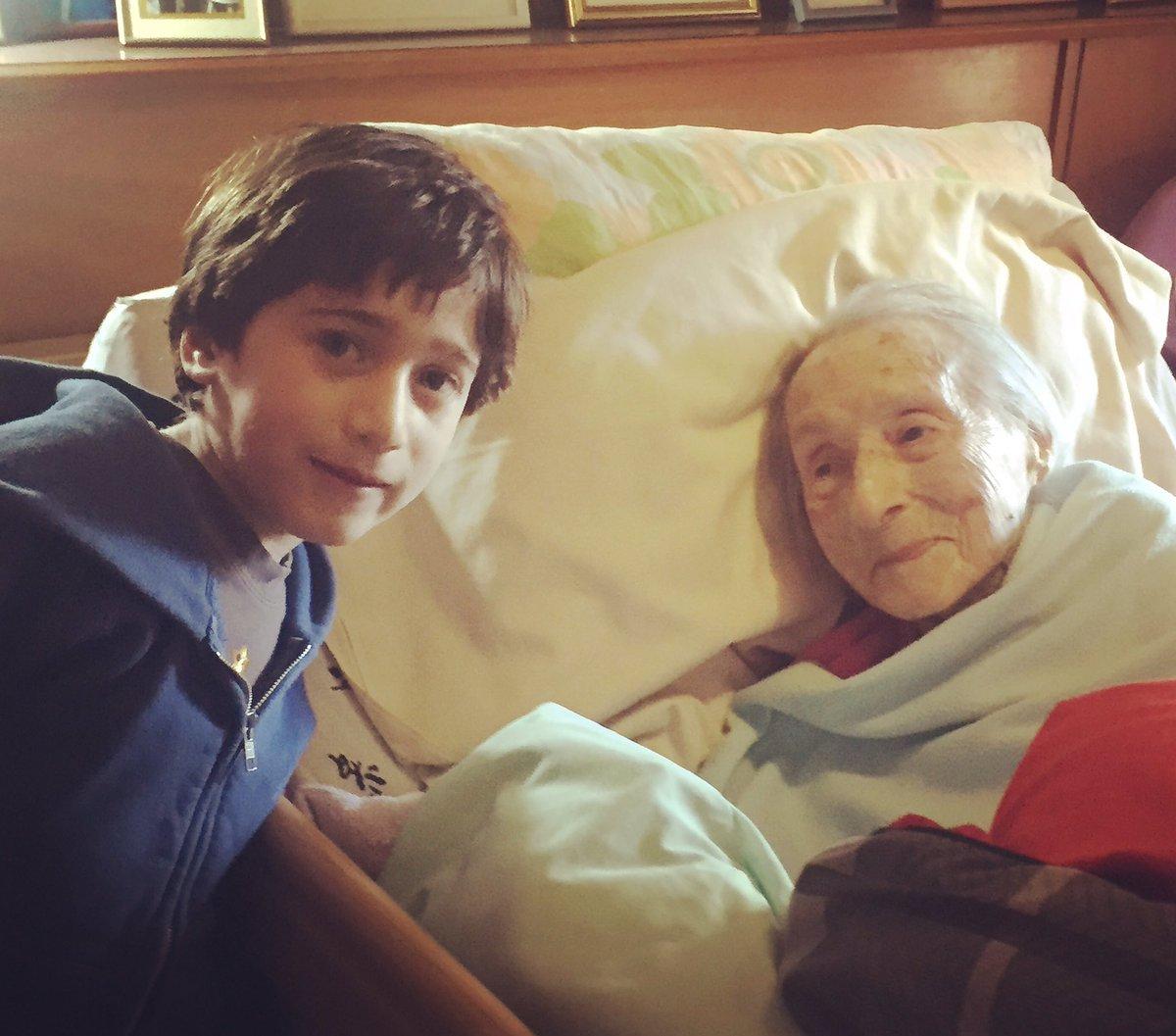 100 שנים של הפרש. סבתא שלי והבן שלי. היא בת 107 הוא 7 https://t.co/jZ24urxE7C