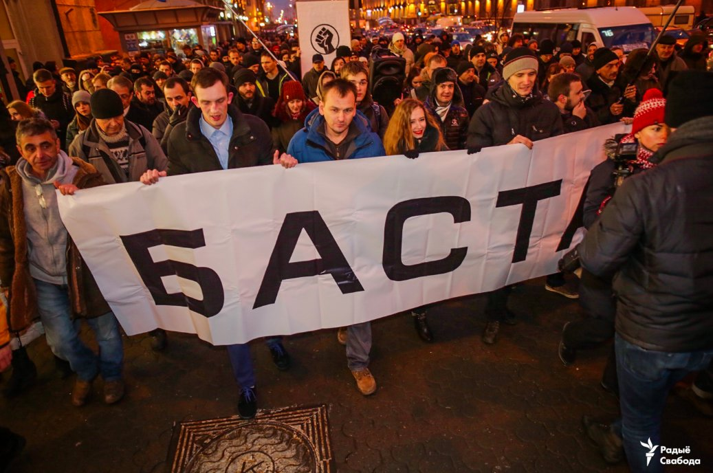 Minsk protest: protesters are marching down Praspekt Niezaleznasci towards the government HQ