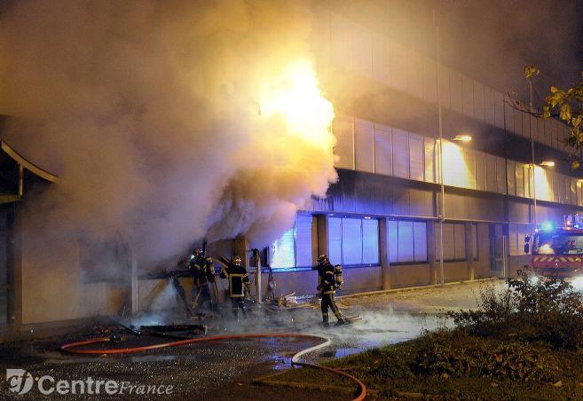 #Faitsdivers #incendie au lycée Jean-Rostand de #Nevers : quatre élèves avouent avoir mis le feu par vengeance &gt;&gt;  http://www. lejdc.fr/nevers/faits-d ivers/2017/02/17/quatre-eleves-avouent-avoir-mis-le-feu-par-vengeance_12289291.html &nbsp; … <br>http://pic.twitter.com/89kem5QXFq