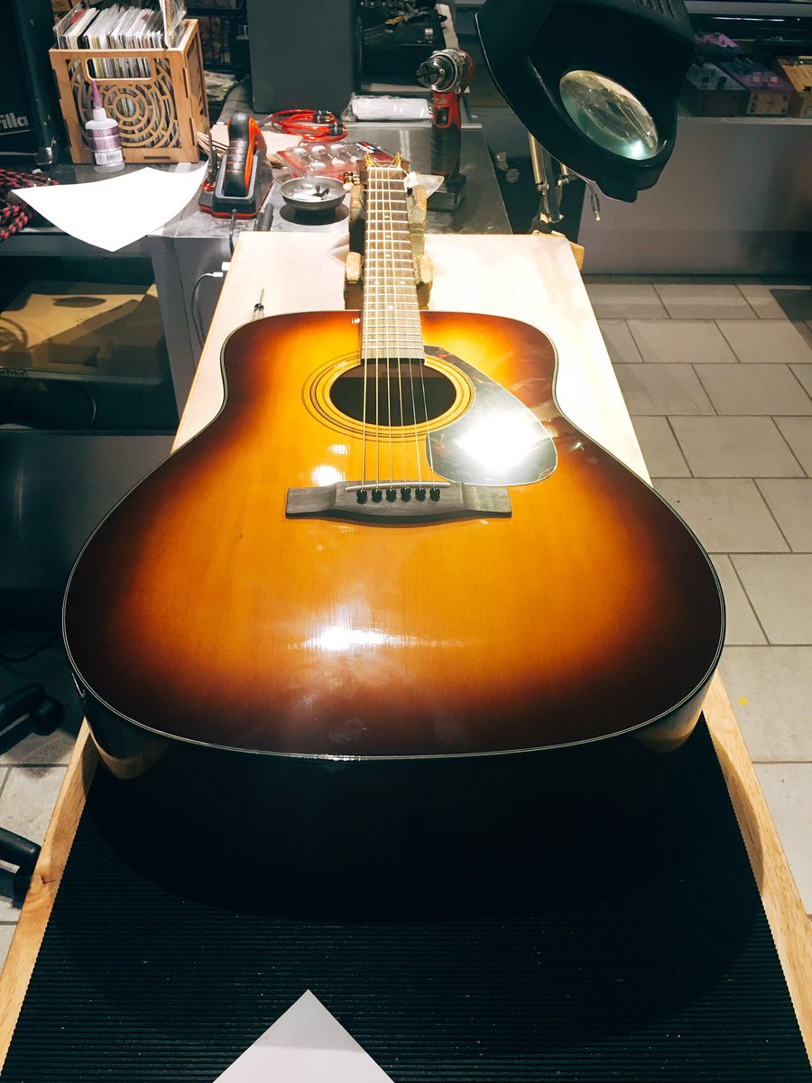 Ibanez acoustic in with a broken tuning machine #jessedeandesigns #guitartech #stewmac #luthier #ibanez<br>http://pic.twitter.com/Tcmv0f9swe
