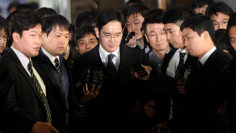 #CoréeDuSud : le président de #Samsung arrêté pour corruption  http://www. nautiljon.com/breves/cor%C3% A9e+du+sud+-+le+pr%C3%A9sident+de+samsung+arr%C3%AAt%C3%A9+pour+corruption,5050.html &nbsp; … <br>http://pic.twitter.com/VEnRkTJhQ9