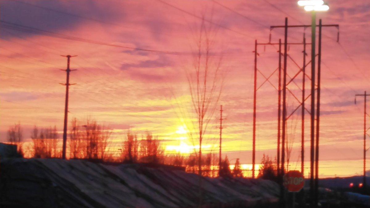 Near Top Golf Hillsboro, and the Amazon PDX5 Sort Center. 2.17.17 #sunset , #FridayFeeling, #kgwweather <br>http://pic.twitter.com/zit0pJOdF1