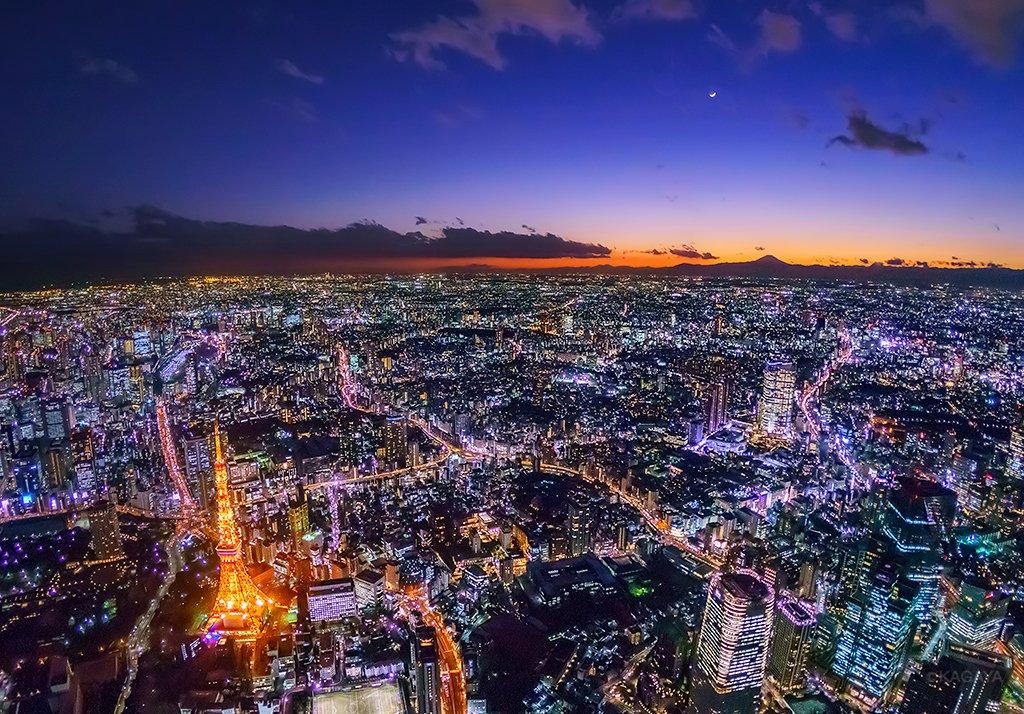 透明な冬の夕暮れ。三日月、富士山、東京タワー。(先日撮影)今週もお疲れさまでした。明日も穏やかな1日になりますように。 pic.twitter.com/pYbF4WqtZU