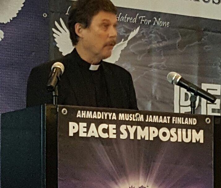 Respected Seppo Kosonen recites Holy Quran at #Ahmadiyya #Suomi #Peacesymposium and says that this is the peaceful teaching.<br>http://pic.twitter.com/yYBCPKKSfJ