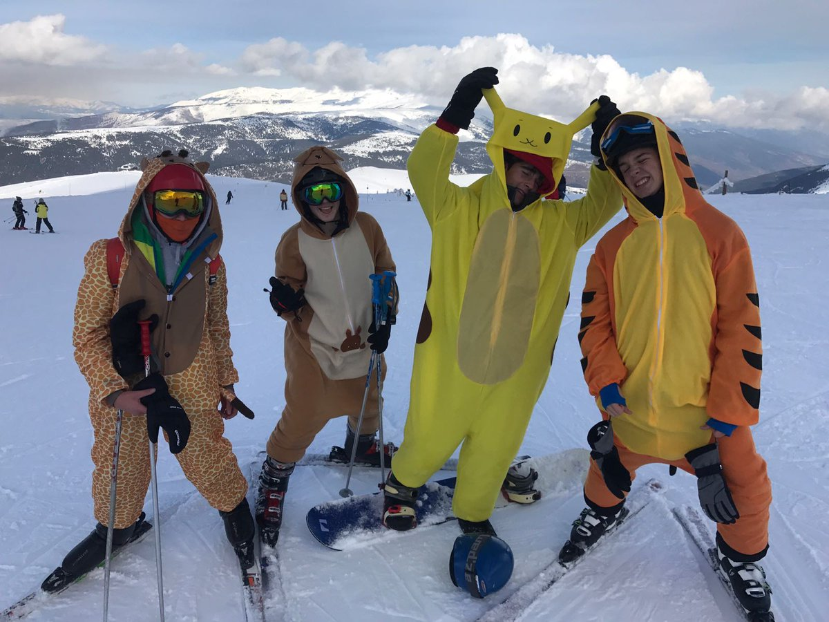 """Last Thursday and Friday, 4th ESO students were skiing in """"La Molina""""! #schoolactivities #llornews @Llor_Fundaciopic.twitter.com/ewguoU9eh8"""
