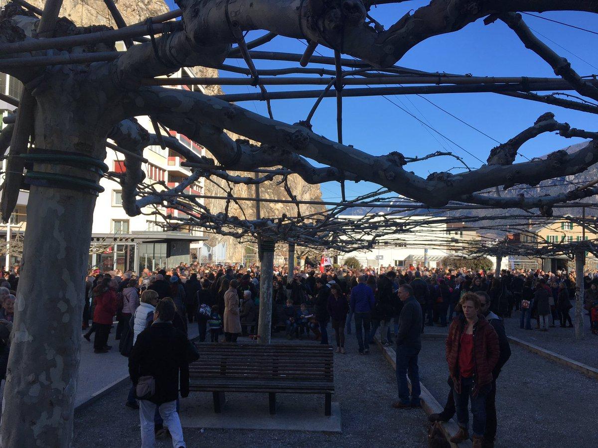 Manifestation &quot;pour le #Valais&quot; ou &quot;anti-Freysinger&quot; à Sion. Déjà pas mal de monde sur la place du Scex. @RTSinfo<br>http://pic.twitter.com/TD1qnlnOLk