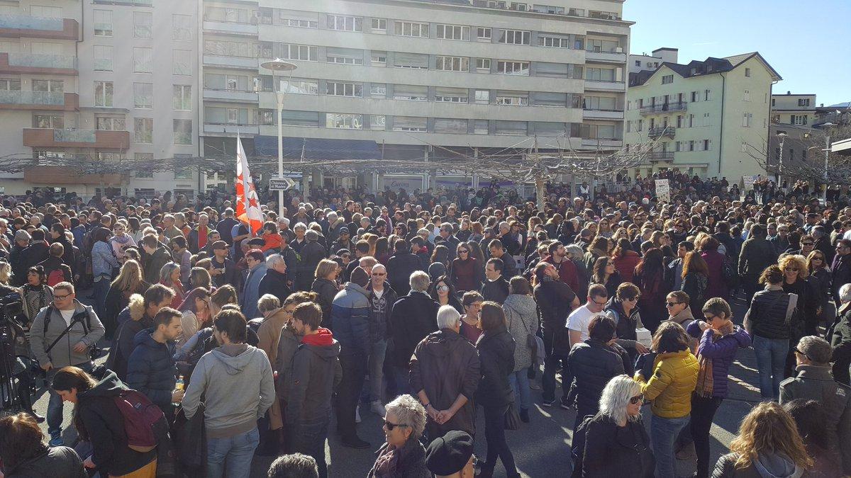 Manifestation à Sion. La foule est la pour un Valais ouvert! #valais <br>http://pic.twitter.com/dzJWBg6GGT