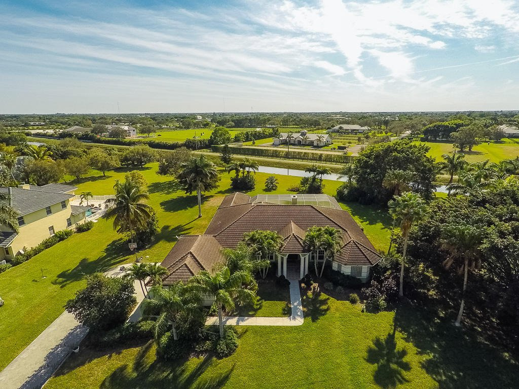 Own a private plane? This #Wellington estate comes w/ a 4k ft paved runway. Let&#39;s make this your home. #gulfstreamaero #milliondollarlisting<br>http://pic.twitter.com/Hbv9RvGluB