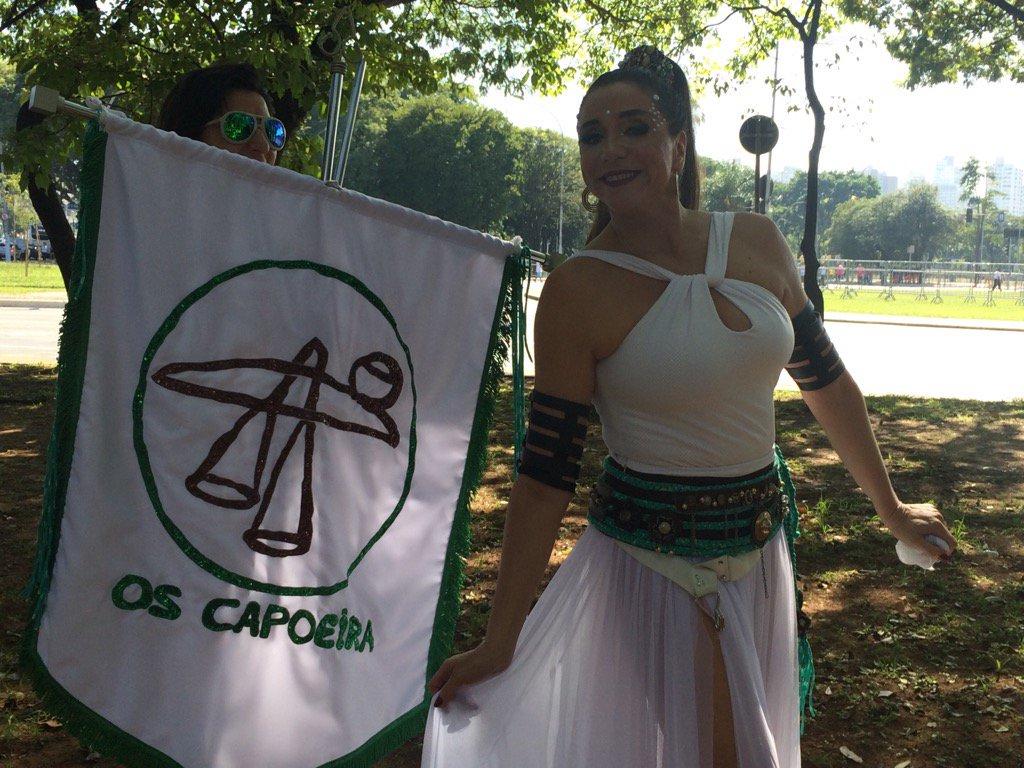 SIGA: Marisa Orth leva bandeira do bloco 'Os Capoeira' em SP https://t.co/MdkTdfPRrt #G1 #carnaval2017
