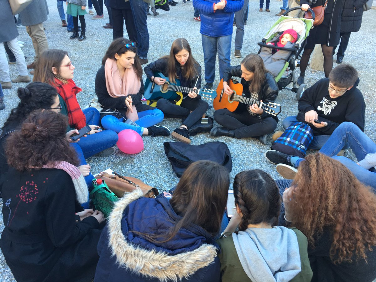 Sion cet après-midi #manifestation #Valais @RTSinfo<br>http://pic.twitter.com/mzo2oNOzsD