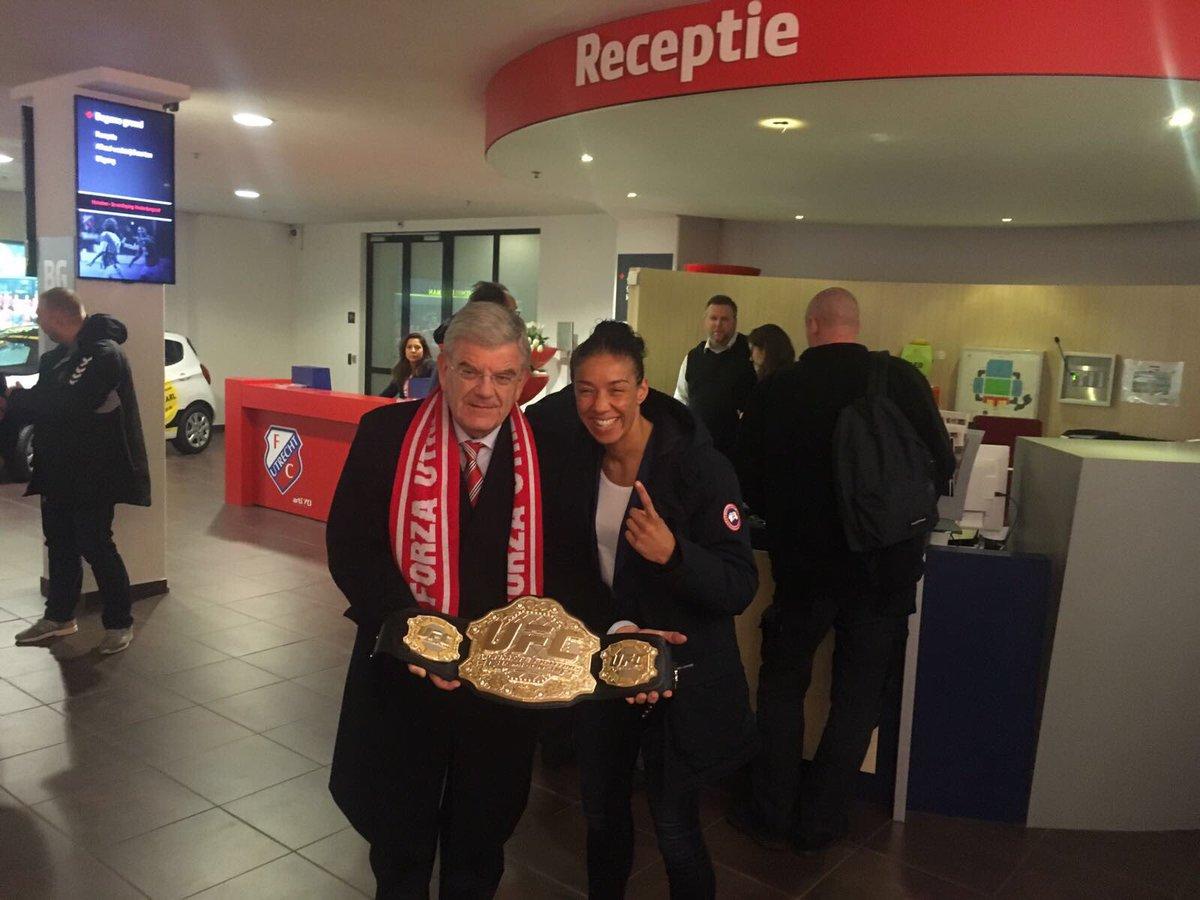 📸 Burgemeester Jan van Zanen en @IronLadyMMA hebben elkaar gevonden in @Galgenwaard030. Fijn dat jullie er zijn! #utrzwo #fcutrecht