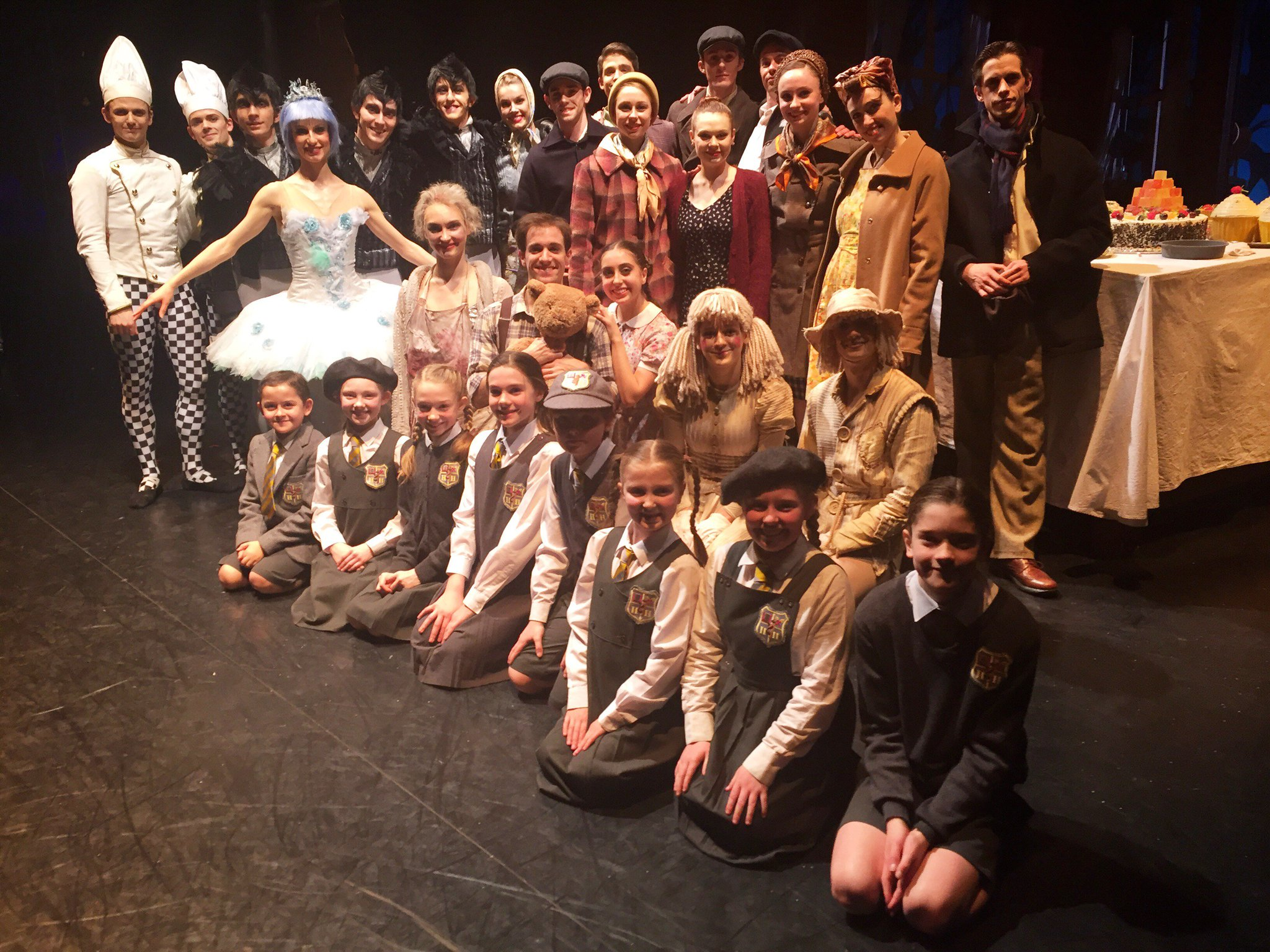 Here is a photo of the Hansel and Gretel cast from @scottishballet @TheatreRoyalNew featuring some of our girls #teamgingerbread https://t.co/vRMZI0YmvR