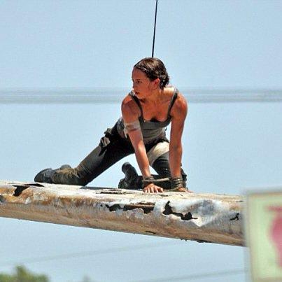 リブート版「トゥームレイダー」の撮影現場より、主演のアリシア・ヴィキャンデルの勇姿が初公開。しなやか…