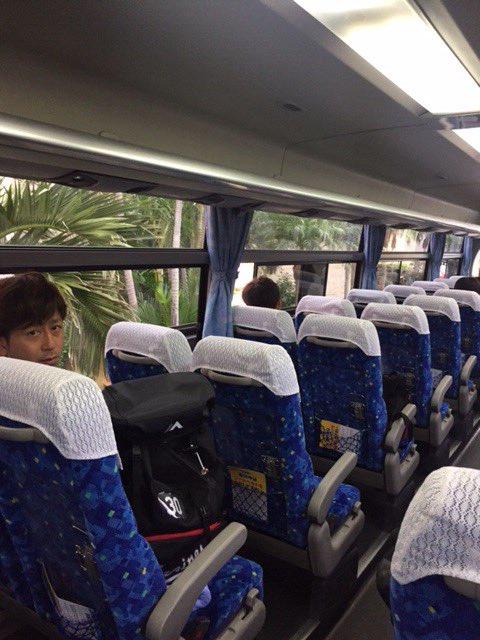 まもなくバスが球場に向かって出発します。お!大嶺祐太投手がこちらを向いています!ちなみに本日の千葉日…