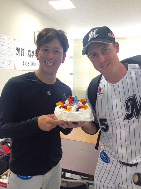 最近、似ていると話題のダフィー選手と大嶺祐太投手。ダフィーの誕生日ケーキを手にニッコリ。どうです?似…