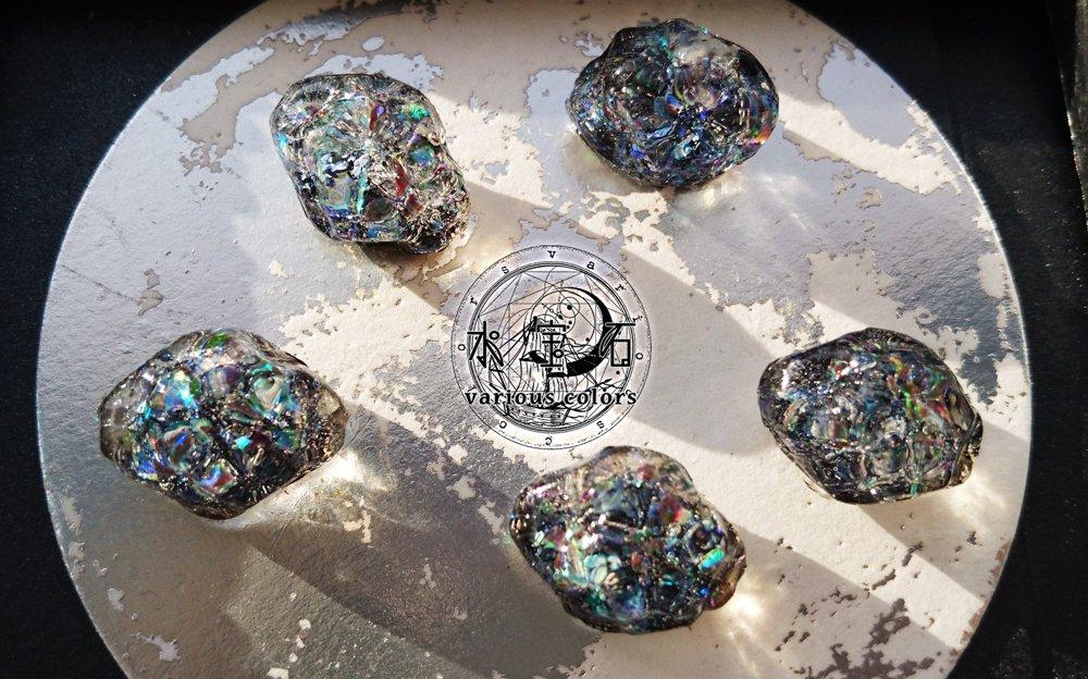 【新色:水宝石・黑】レジン道さん(@resindou1 )着色液スモーキーブラックで新色の水宝石を作ってみたところ今までのカラーの中でも群を抜いて気に入っています!!#レジン #variouscolors
