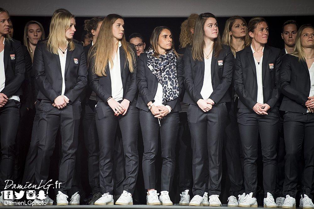 #LionsduSport  Jessica HOUARA-D&#39;HOMMEAUX entourée de ses coéquipières  #Lyon #TeamOL #OLFeminin @OL  <br>http://pic.twitter.com/LI6ajYqHA2
