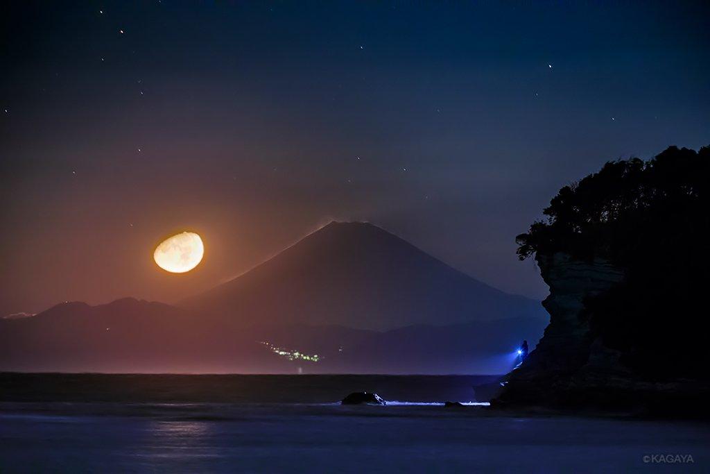 沈む月、見送る富士。海と山を照らしていた月が深夜に沈むと、星々が一斉に輝き始めました。(今朝未明、富士山より110km離れた千葉県房総半島から望遠レンズで撮影) pic.twitter.com/vsoLFWBEVm