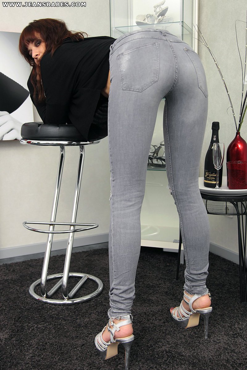 Facesitting Girls on Twitter: Ambers hot ass in #jeans