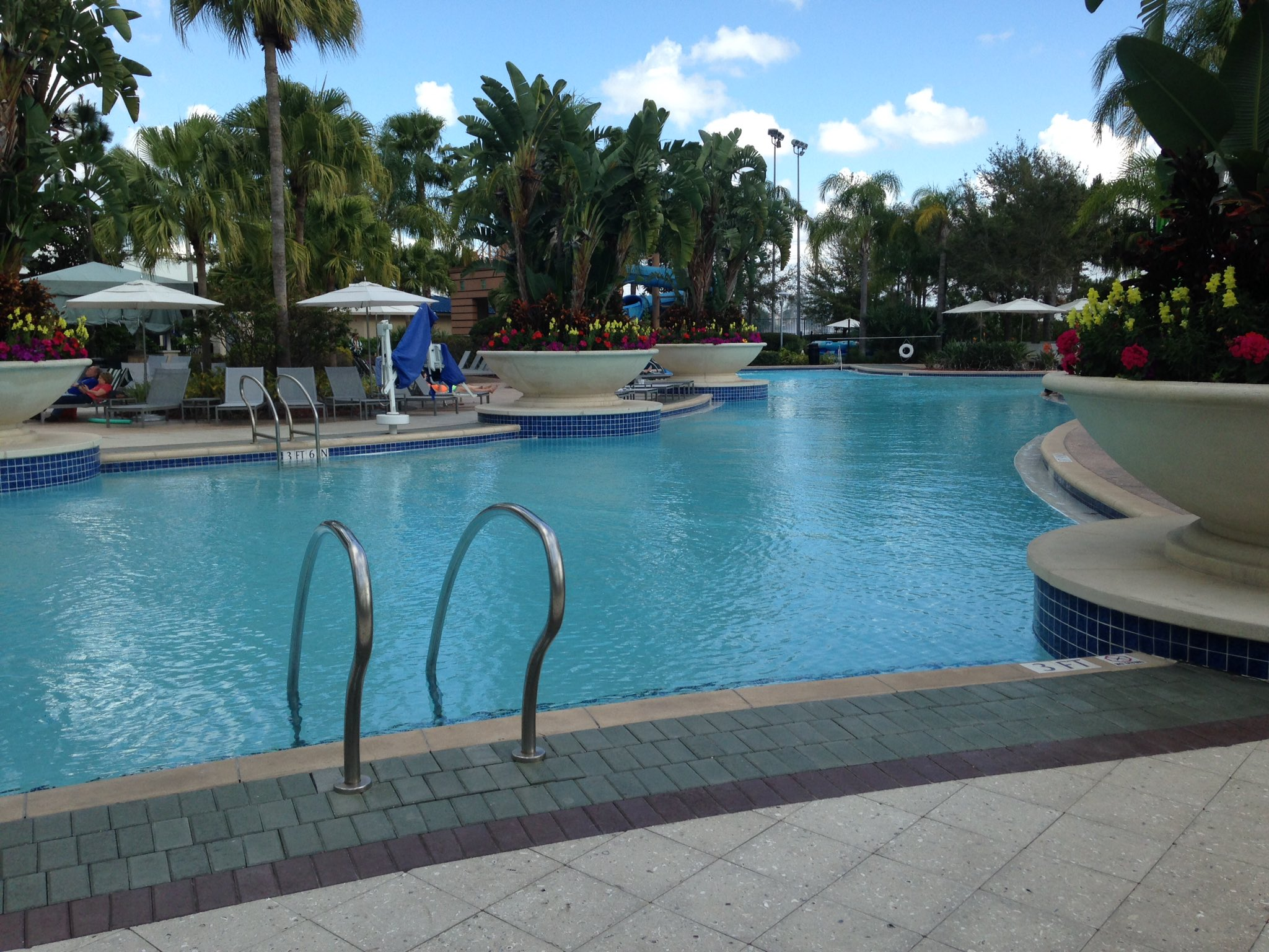 Haven't seen the sun in a couple weeks in #Chicago? Enjoy a poolside lunch while your room gets ready! #TheNAFEMShow @Hilton_Orlando https://t.co/HwVEodNvVF